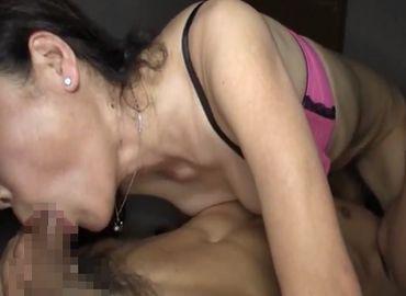 50代熟女が暗闇で若い男のペニスに夢中になる無料omannko動画