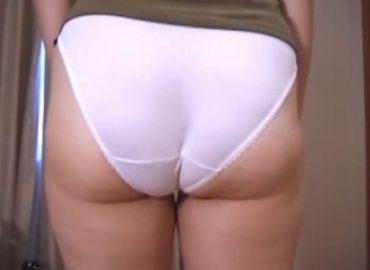 【巨尻熟女動画】下着姿の豊満熟女が尻を突き出しオナラを噴出