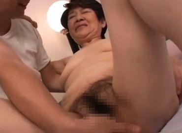 おばあちゃんの陰核を弄ってセックスに誘う欲求不満な孫