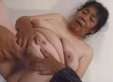 農家を営む日本人おばあさんのおまんこにチンコを挿入!