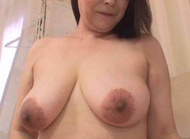 【無修正】五十路熟女が巨乳を揺らして感じまくる無料セックス動画