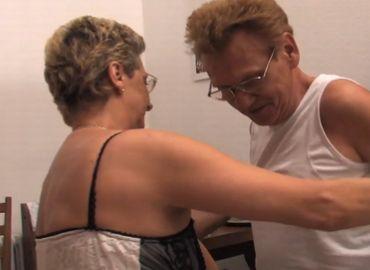 自宅で愛し合うドイツ人老夫婦の無修正セックス動画