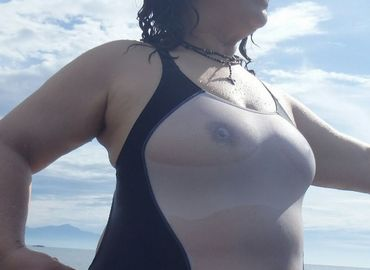 【熟女エロ画像】おばさんの水着姿がエロ過ぎ!海やプールで写真撮影!