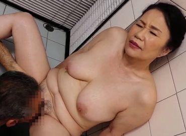 家政婦の還暦おばさんが雇い主のおじいさんとセックス!