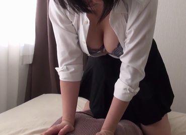 熟女マッサージ師の胸チラ誘惑を受ける無料おまんこ動画