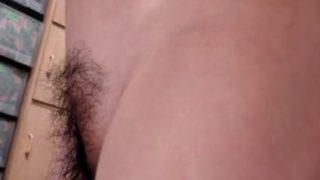 【剛毛アンダー画像と動画】風呂上がりに全裸のままテレビを観ている奥さん